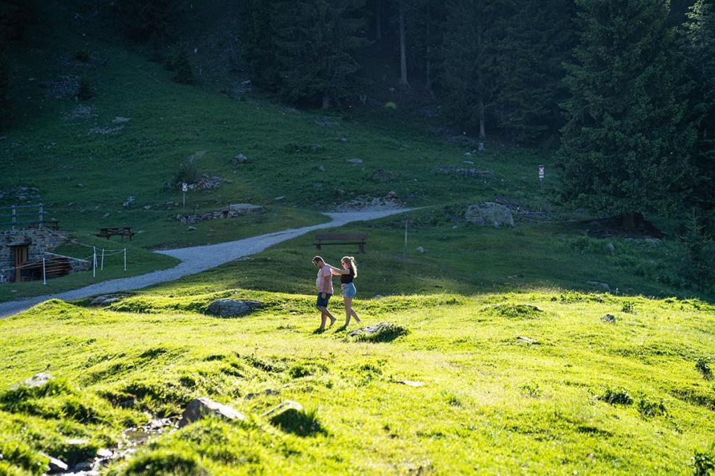 camminare-a-piedi-nudi vacanza benessere trentino1