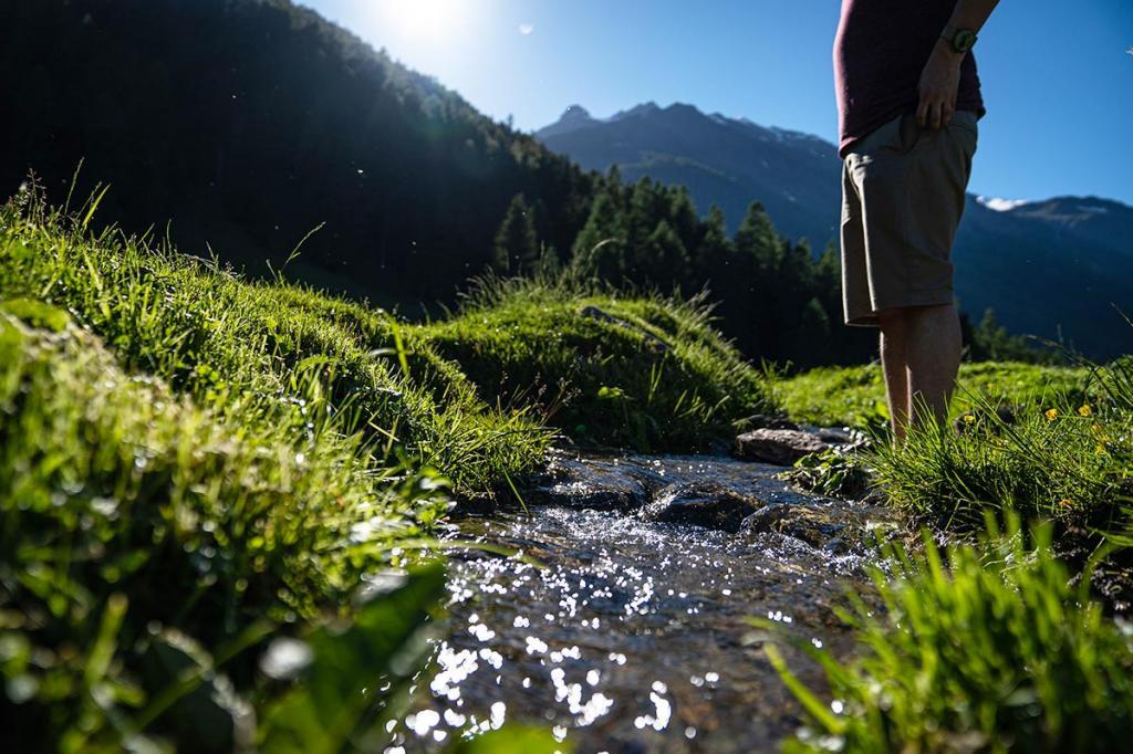 camminare-a-piedi-nudi vacanza benessere trentino2