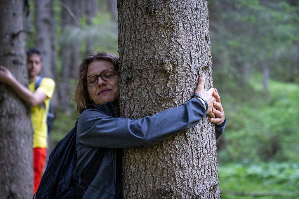 treehugging abbracciare-gli-alberi benessere-in-natura Terme-di-Rabbi4